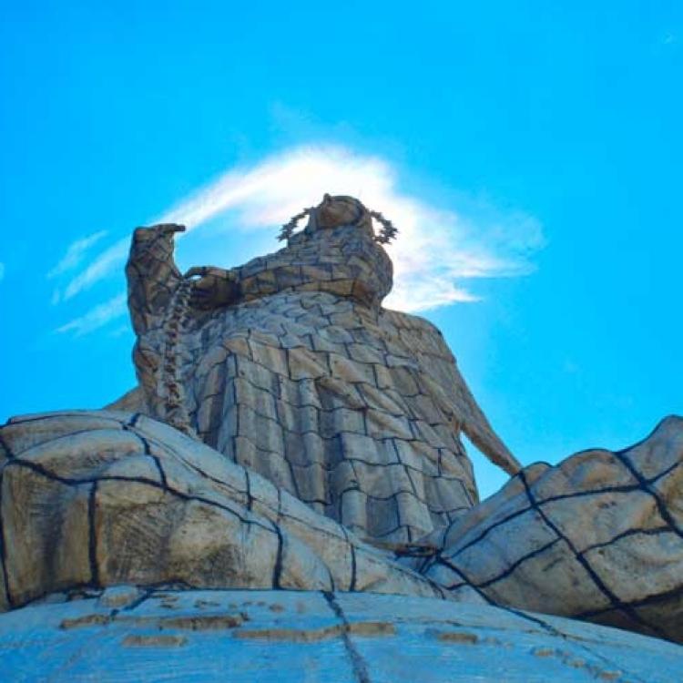 monumento-a-la-virgen-de-el-panecillo-abajo